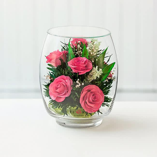 Ярко-розовые розы в среднем бутоне тюльпана
