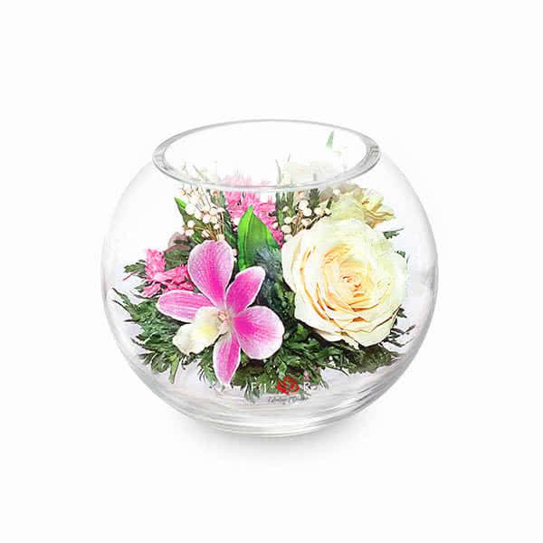 Розовато-белые и фиолетовые орхидеи с айвори розами в малой круглой вазе