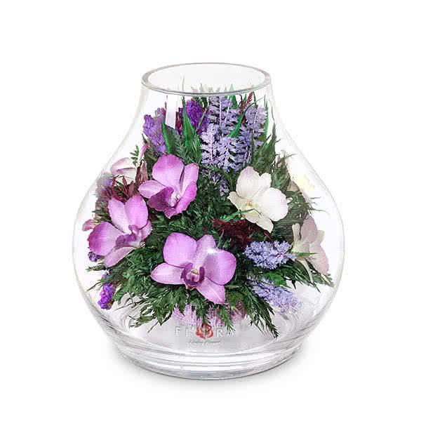 Фиолетово-белые и сиренево-белые орхидеи в большом бутоне розы