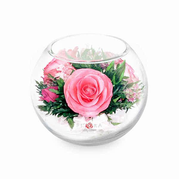 Ярко-розовые и светло-розовые розы в малой круглой вазе