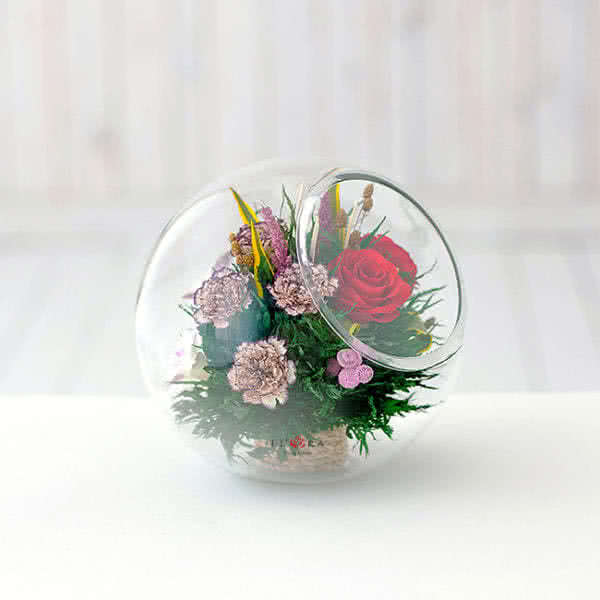 Красные розы и орхидеи с диантусами в большой круглой вазе со скошенным верхом