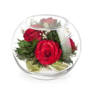 Красные розы в зеленой корзине в средней круглой вазе