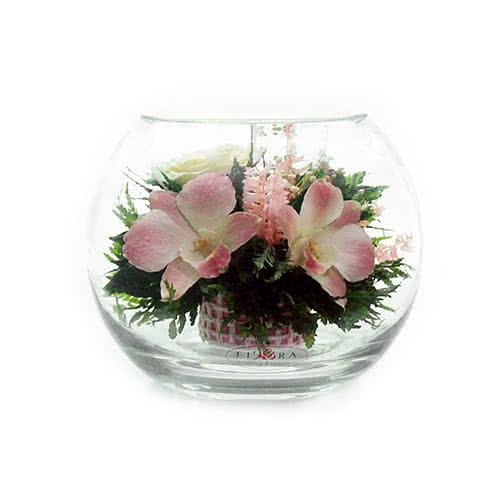 Розовато-белые и фиолетовые орхидеи с айвори розами в средней круглой вазе