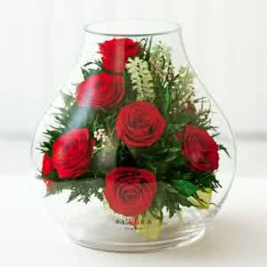 Красные розы в зеленой корзине в большом бутоне розы