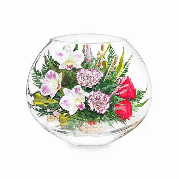 Красные розы и орхидеи с диантусами в малой плоской круглой вазе