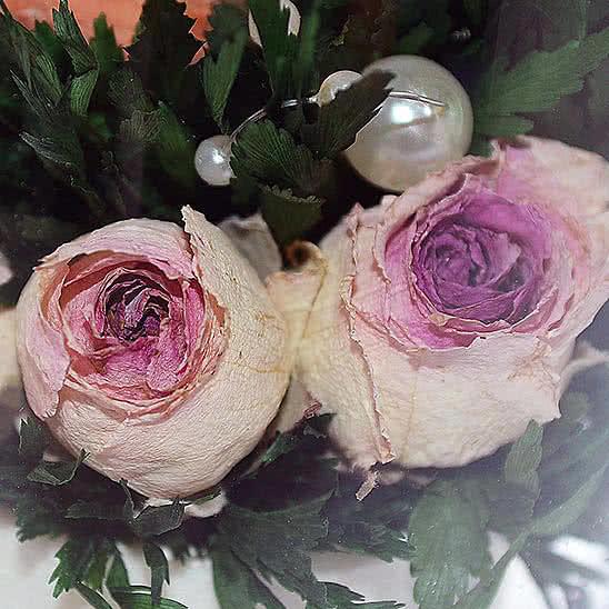 Цветы в стекле (вакууме) - Оранжевая роза с белой лентой в высоком стакане haiku - 46780