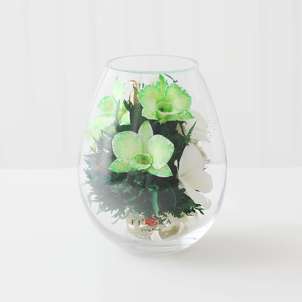 Орхидеи с мини диантусами в малой каплевидной вазе