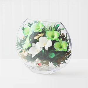 Орхидеи с диантусами в малой плоской вазе