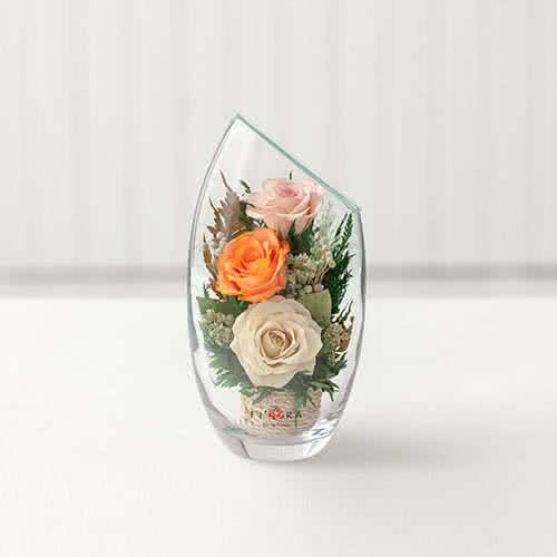 Белые и оранжевые розы в малой вазе со скошенным верхом