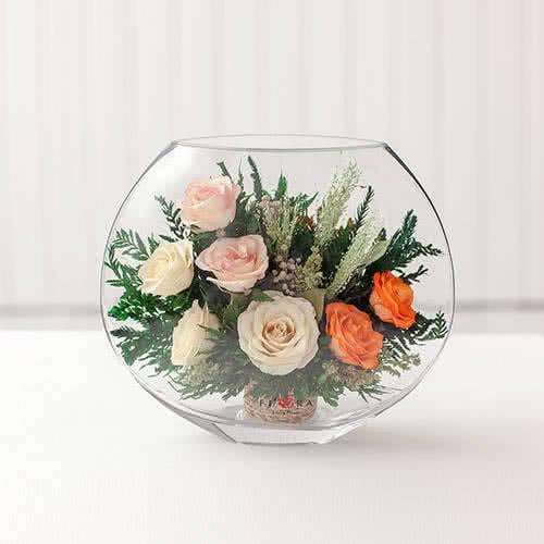 Белые и оранжевые розы в малой плоской вазе