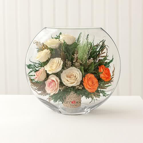 Белые и оранжевые розы в средней плоской вазе