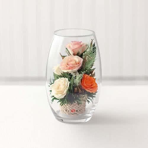 Белые и оранжевые розы в малой овальной вазе
