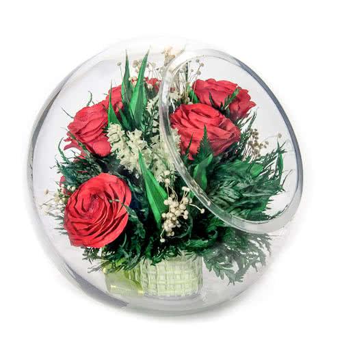 Красные розы в большой круглой вазе со скошенным верхом
