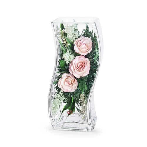 Светло-розовые розы в изогнутой вазе