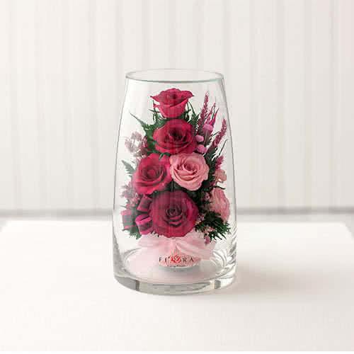Лиловые и светло-розовые розы в высоком конусообразном цилиндре