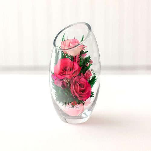 Лиловые и светло-розовые розы в овальной вазе со скошенным верхом