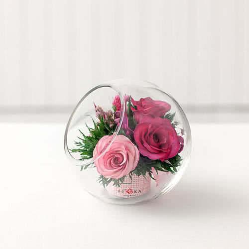 Лиловые и светло-розовые розы в вазе со скошенным верхом