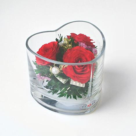 Красные розы в вазе в форме сердца