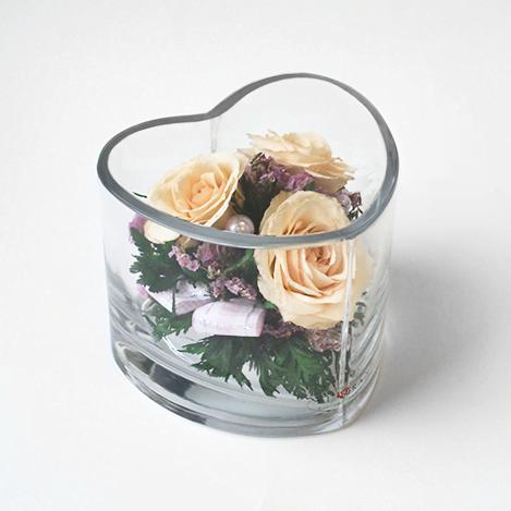 Айвори розы в вазе в форме сердца