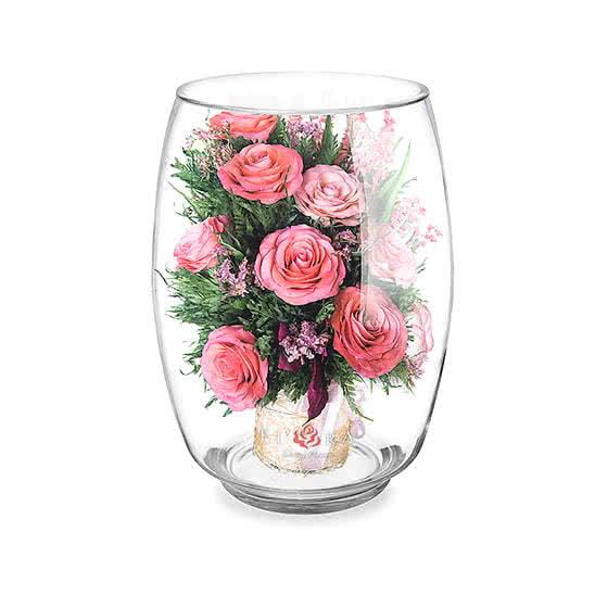 Ярко-розовые и светло-розовые розы в большом бутоне тюльпана