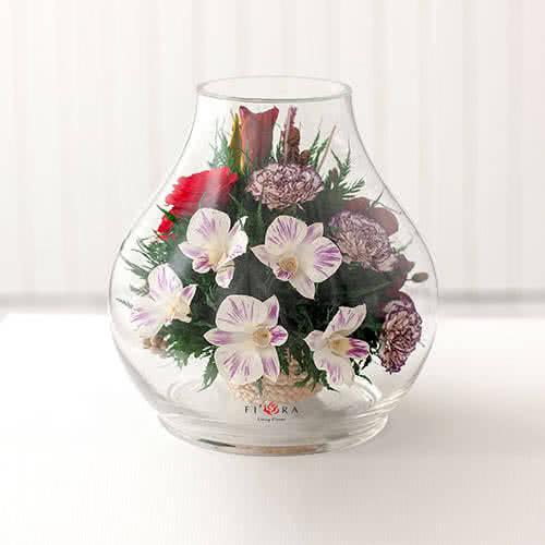 Красные розы и орхидеи с диантусами в большом бутоне розы