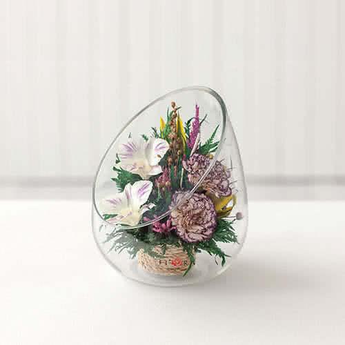 Красные розы и орхидеи с диантусами в каплевидной вазе