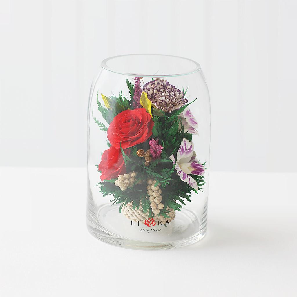 Красные розы и орхидеи в цилиндре с зауженным верхом