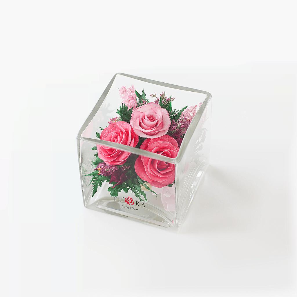 Розовые розы в малой кубической вазе