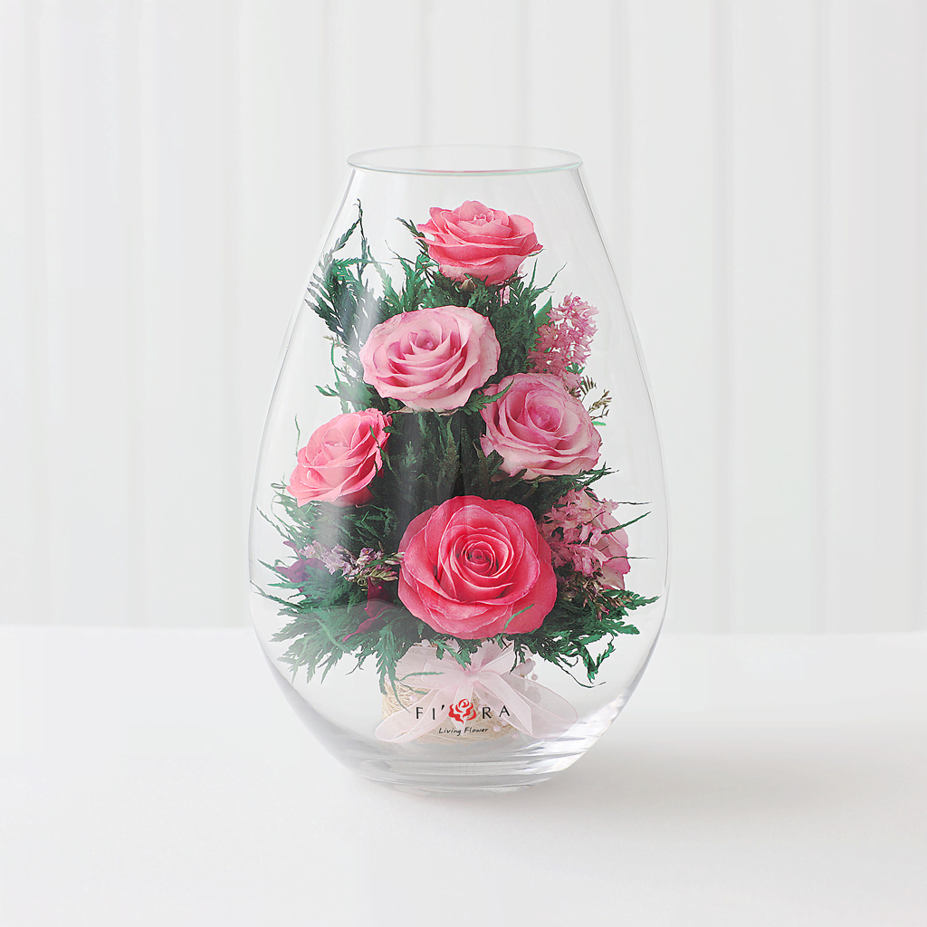 Розовые розы в средней каплевидной вазе
