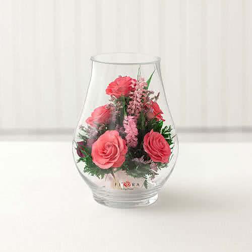 Ярко-розовые розы в вазе средний бутон розы