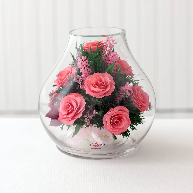 Ярко-розовые розы в большом бутоне розы