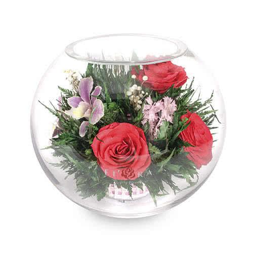Орхидеи с красными розами в большой круглой вазе