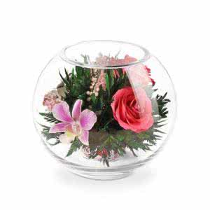 Орхидеи с ярко-розовыми розами в круглой вазе