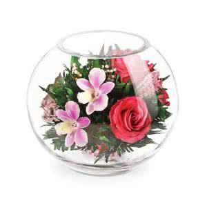 Орхидеи с розовыми розами в большой круглой вазе