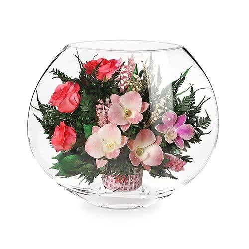 Орхидеи с ярко-розовыми розами в малой плоской вазе