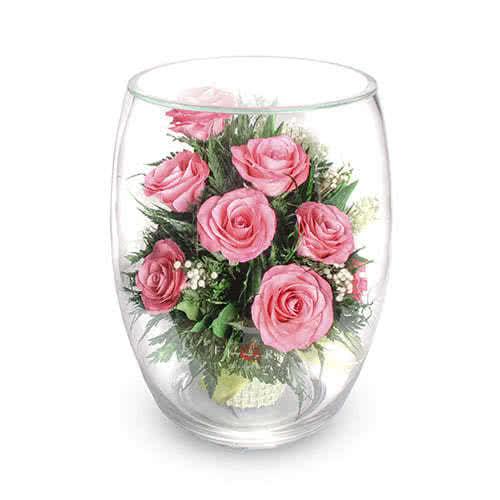 Розовые розы в большом бутоне тюльпана