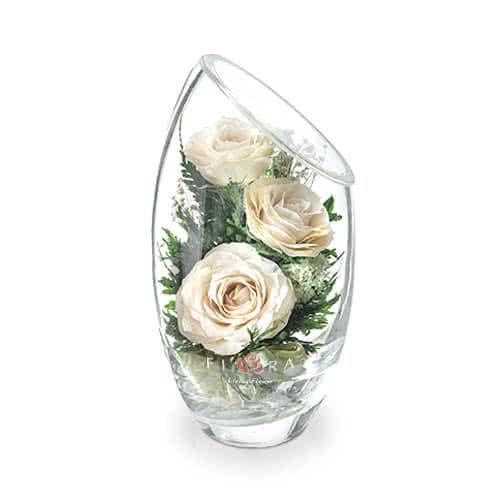Айвори розы в малой овальной вазе со скошенным верхом