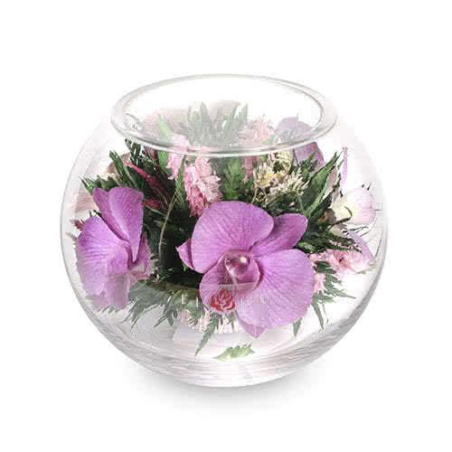 Розовато-белые и сиреневые орхидеи в круглой вазе