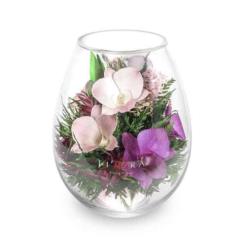 Розовато-белые и сиреневые орхидеи в малой каплевидной вазе