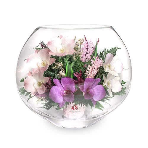 Розовато-белые и сиреневые орхидеи в малой плоской вазе